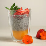 Mango-Chia-Pudding mit Vanille und Erdbeeren (Vegan)
